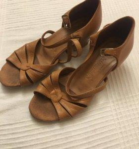 Танцевальные туфли. Кожа. Стелька 19 см.