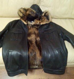 Куртка кожаная с мехом волка и с капюшоном.