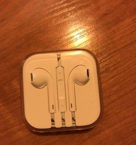 Наушники Apple EarPods с разъёмом 3,5 мм.