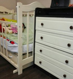 Детская кроватка и пеленальный столик