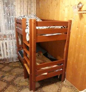 Двухъяростная кровать с матрасами.