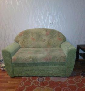 Маленький зеленый диван.