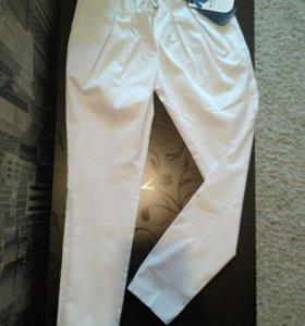 Белые штаны to be too, Италия.