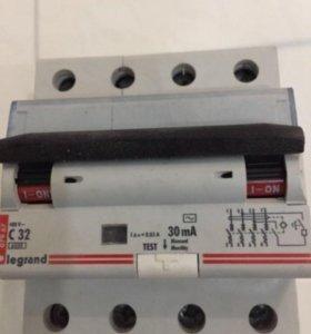 Диф автомат legrand c32 0.03A 4p. для 3 фаз. Новое
