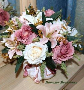Композиция из искусственных роз и лилий в вазоне