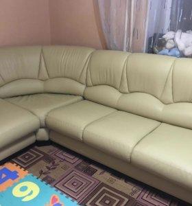 Кожаный диван и кресло