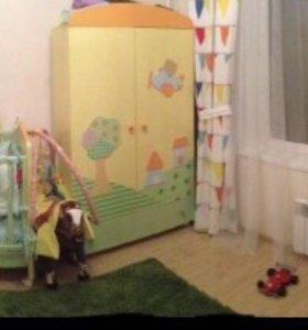 Детская мебель (2 кроватки, 2 комода и шкаф)