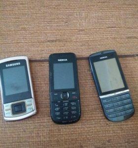 3 кнопочных телефона.