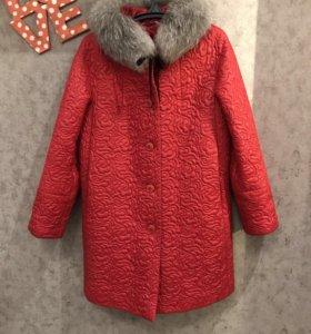 Зимнее пальто с воротником из натурального меха