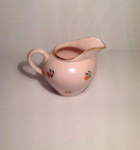 Молочник из розового фарфора с розочками