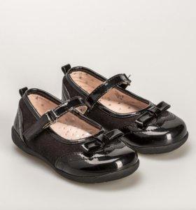 Туфли чёрные лакированные с ремешком.