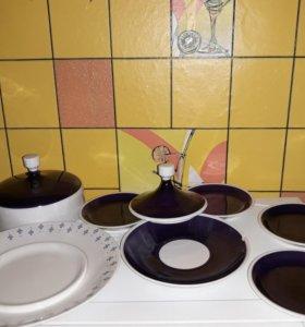 Масленка ГДР и тарелки с блюдцами.