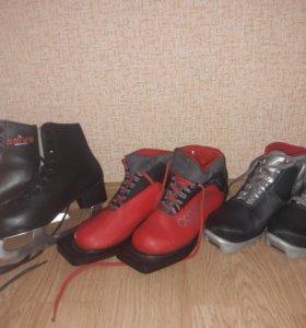 Лыжы,коньки и две пары лыжных ботинок.