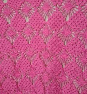 Женская вязаная шаль розового цвета