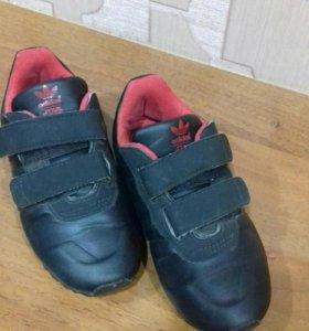 Adidas кроссовки для девочки.