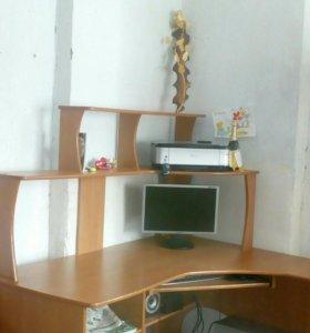 Компьюторный стол с комодом.