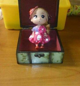 Куколка в сундуке очень красивая прелесть!