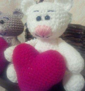 Вязаная игрушка Мишка с сердцем