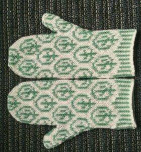Варежки ручной вязки.