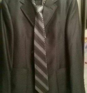 Мужской костюм с галстуком.