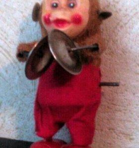 заводная игрушка Обезьянка с тарелками
