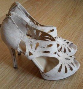 Бежевые туфли на каблуке замша