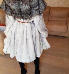 Шуба норковая(крестовка) белая с чернобуркой капюш