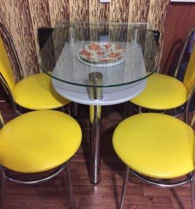 Стеклянный стол,и красивые стулья!