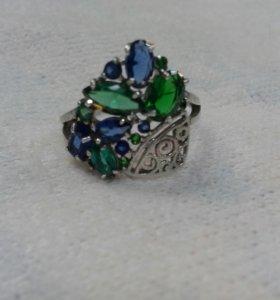 Серебряное кольцо сапфирами и изумрудами