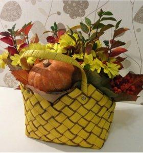 Плетеная желтая корзинка для цветочных композиций