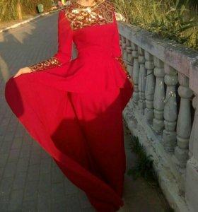 Красное вечернее платье, со шлейфом