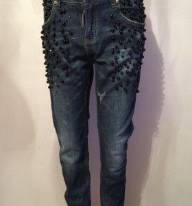 Новые джинсы-бойфренды с декором «Dsquared2»