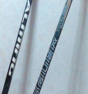 Две хоккейные клюшки