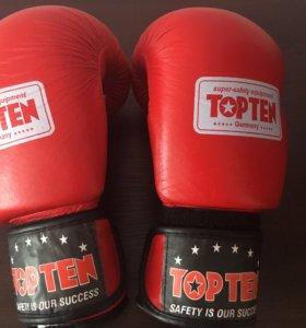 Боксёрские перчатки,шлем кожаные ,форма,бандаж.
