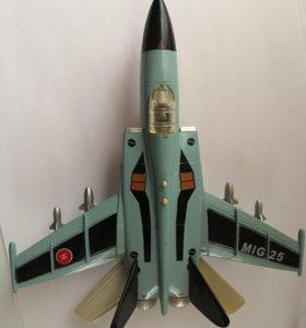 самолёт-истребитель игрушечный
