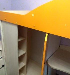 Детская кровать с матрасом, столом и шкафчиком.