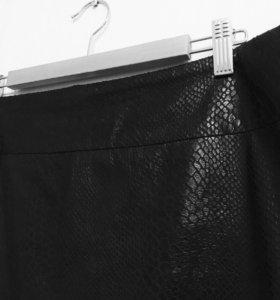 Юбка чёрная карандаш змеиная кожа