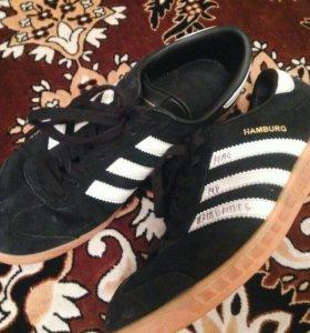 "Две пары кроссовок ""Adidas"" сразу за"