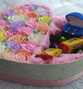 Коробочка к 8 марта с цветами и сладостями