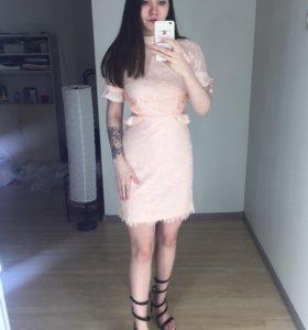 Кружевное платье в оборкой