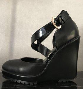кожаные черные туфли на танкетке с ремешком 37 р.