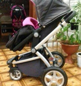 Прогулочная коляска имеется съёмный блок для малыш