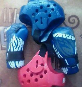 Перчатки и шлемы.