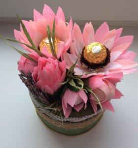 Коробочка с цветами из гофробумаги и конфет