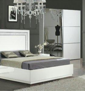 Глянцевая белая спальня со шкафом-купе