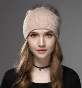 Женская шапка с меховым помпоном из енота