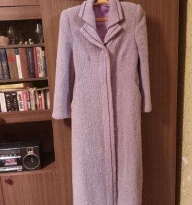 Демисезонное пальто, слегка приталенное.