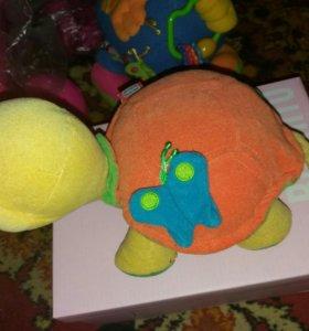Черепаха TinyLove и интерактивный мяч