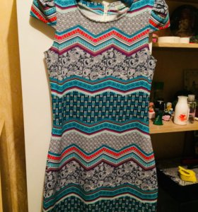 Яркое платье на стройную девушку ZOLLA