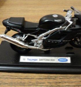 Коллекционная модель мотоцикла на подставке